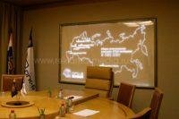 Географическая акриловая карта с торцевым люминесцентным свечением и указанием региональных филиалов компании