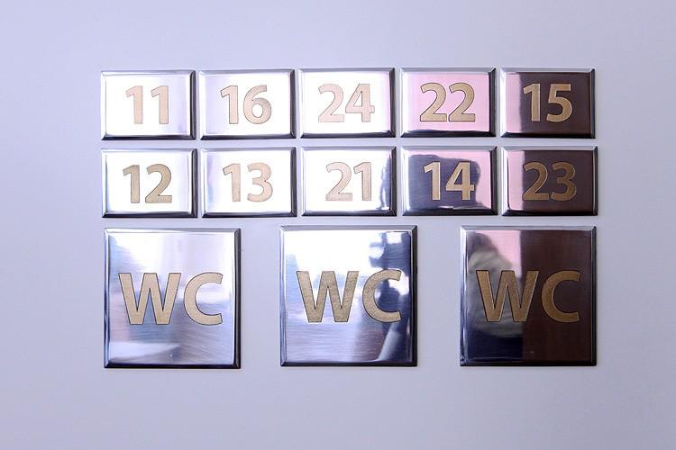 Представительские офисные таблички. Шлифованный алюминий с заливкой золотой эмалью