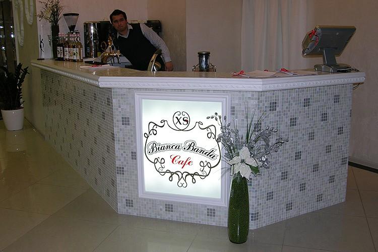 Вывеска для кафе, встроенная в барную стойку