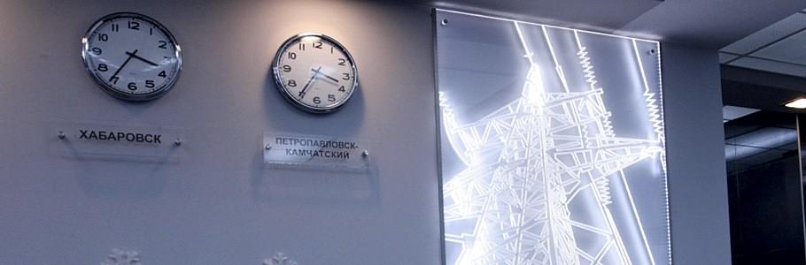 Световая вывеска из стекла в холле здания