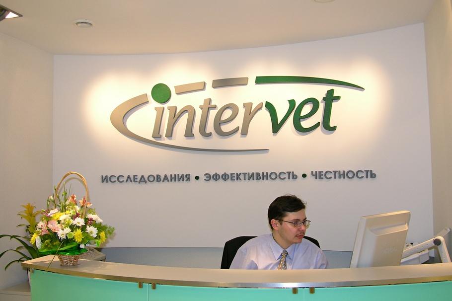 Вывеска в виде объёмных букв из пенопласта для офиса компании Интервет
