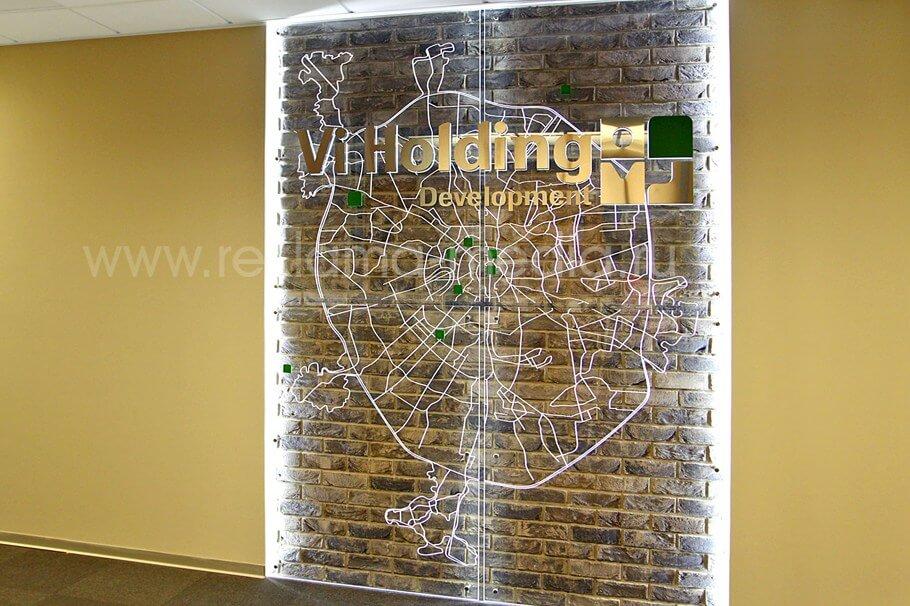 Интерьерная вывеска с подсветкой для офиса на фоне акриловой карты Москвы