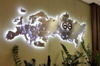 Интерьерная вывеска в виде акриловой карты России фото со стороны Европы