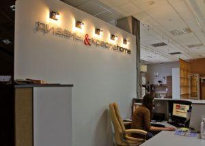 Объемные буквы в кассовой зоне для салона Диваны и Кресла Home