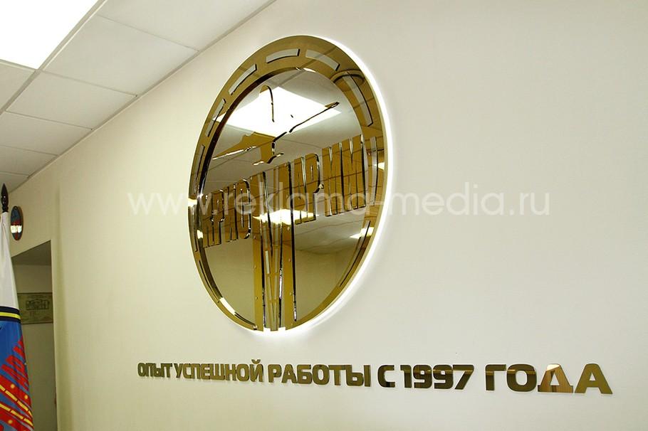 Многоуровневая световая вывеска из металлов и стекла для холла компании