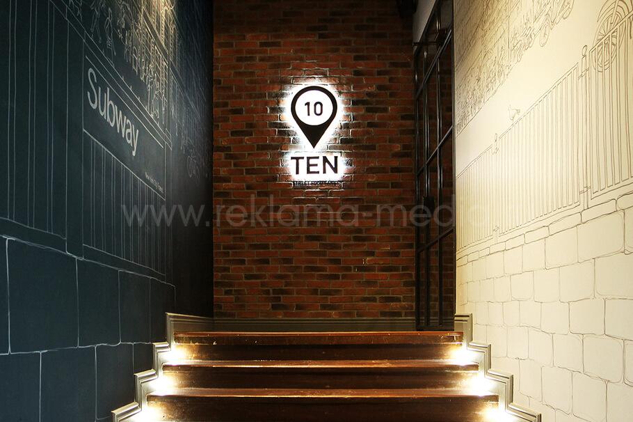 Светодиодные буквы вывеска в помещении при входе в кафе
