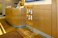 Интерьерный стеклянный пилон для холла медицинской клиники