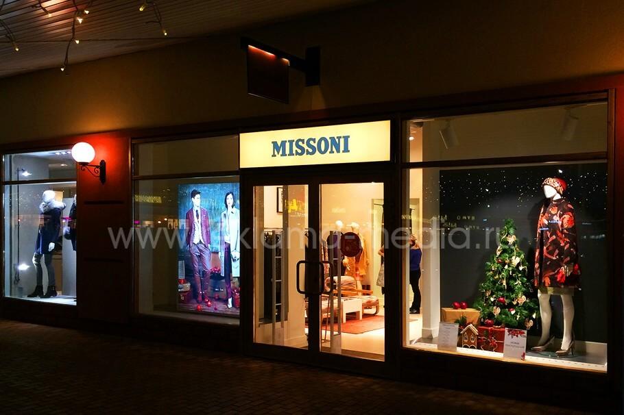 Быстросменный лайтбокс в витрине и над входом в магазин Missoni