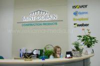 Фальшь стена, интерьерная светодиодная вывеска и акриловые таблички для ресепшн компании Saint-Gobain