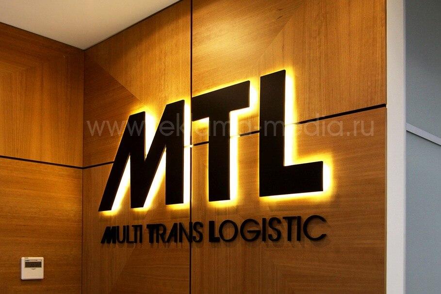 Ближний план фото объемных световых букв логотипа в офисе компании