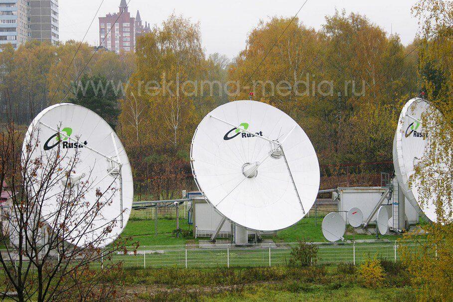 Логотип на спутниковой передающей антенне