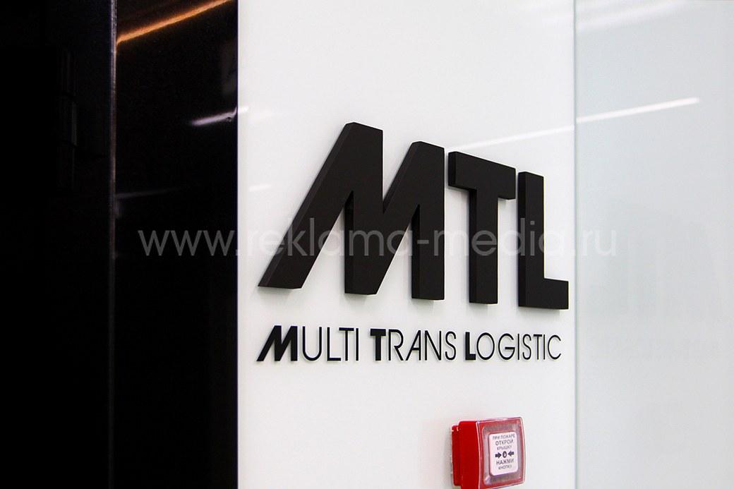 Микро вывеска в виде логотипа компании в лифтовой зоне здания