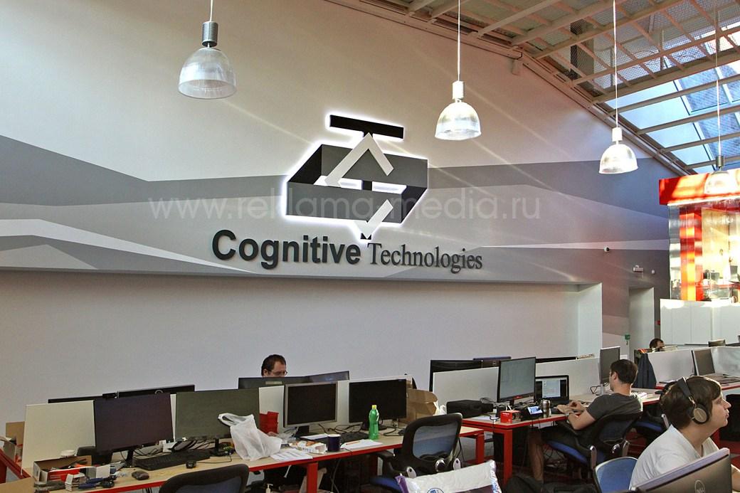 Большая светодиодная интерьерная вывеска на стене офиса при виде слева