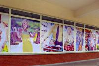 Наклейки на окна - рекламное оформление витрин супермаркета