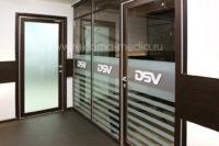 Наклейки и объемные буквы на офисные стеклянные перегородки и двери кабинетов