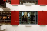 Наружная реклама на окнах - плакат в торговом центре