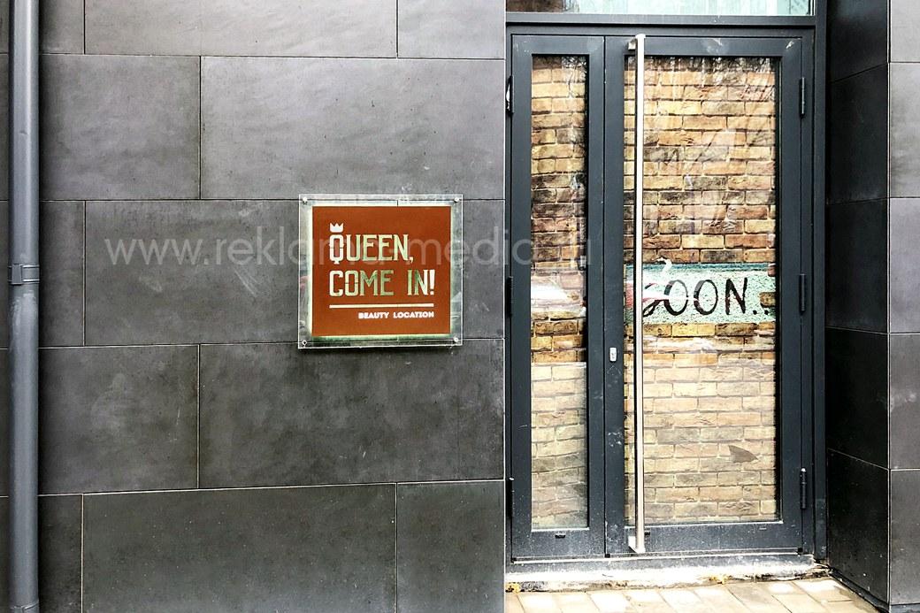 Общий план, фото световой таблички для салона красоты на фасаде здания